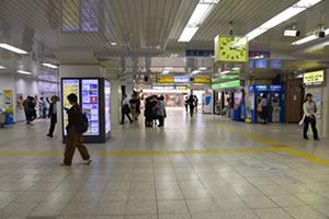 JR総武線「本八幡駅」の改札(都営新宿線方面)です。