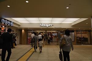 Shapo(シャポー、駅ビル)を通り抜けて突き当りのエスカレーターで1Fに降りてください